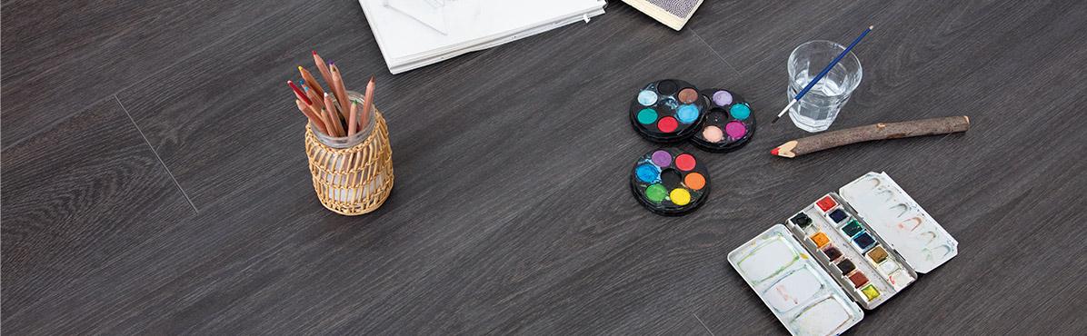 Verf en potlood op een vinylvloer wat is het verschil tussen laminaat en vinyl